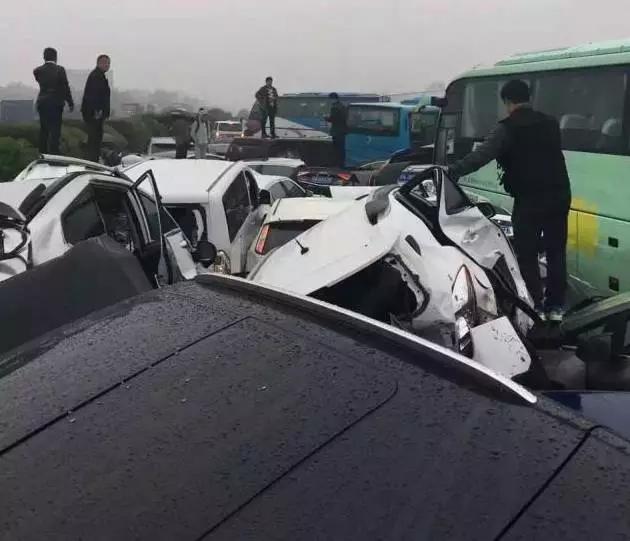 G42沪蓉高速常州段往上海方向151公里过横林枢纽4公里处发生两货车以及多小车追尾的事故,其中一辆货车撞中央护栏至对面车道,造成双向车多缓行。受事故影响,往上海方向在横林枢纽实行分流,同时关闭罗墅湾至横山往上海方向入口。 【江苏高速96777】 4月2日大约14时36分,在G2京沪高速扬州段由上海往北京方向951K过真武收费站1公里附近发生1起事故,现场车多缓行,事故正在处理中。 常州市公安消防支队接到沪宁高速上海方向152公里处多车相撞的报警后,立即调派3个消防中队9台消防车44名消防员赶赴现场救援。经